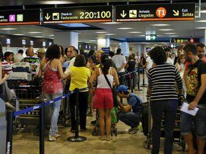MD15. MADRID, 17/07/2010.- Miles de personas se dieron cita hoy en las terminales del aeropuerto de Barajas, que siguen registrando gran afluencia de viajeros en la operaciÛn salida de vacaciones de la segunda quincena de julio. EFE/Juan M. Espinosa