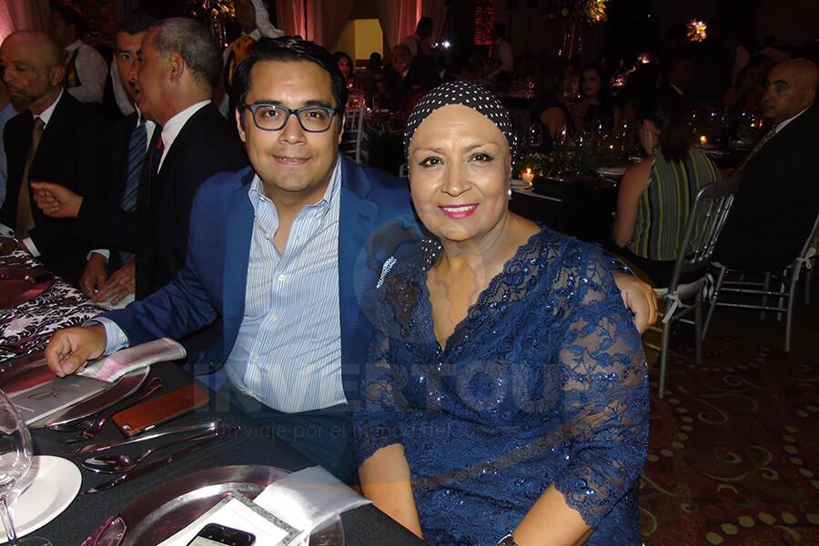 Lourdes Muciño acompañada de su hijo