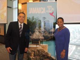 Alex Pace, director general de Global Marketing & Sales, con Sandra Grant, embajadora de Jamaica para México y América Central