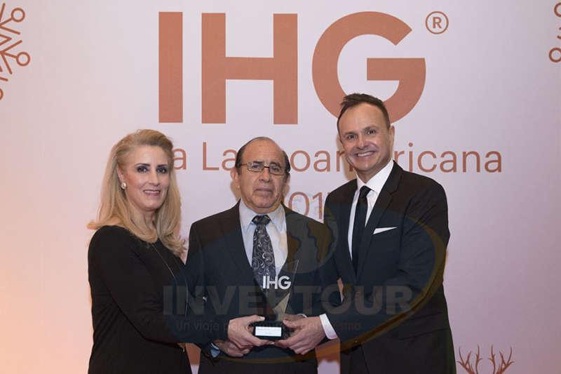 Ing. Jaime Orizaga recibe reconocimiento de manos de Dolores Ávalos y Gerardo Murray