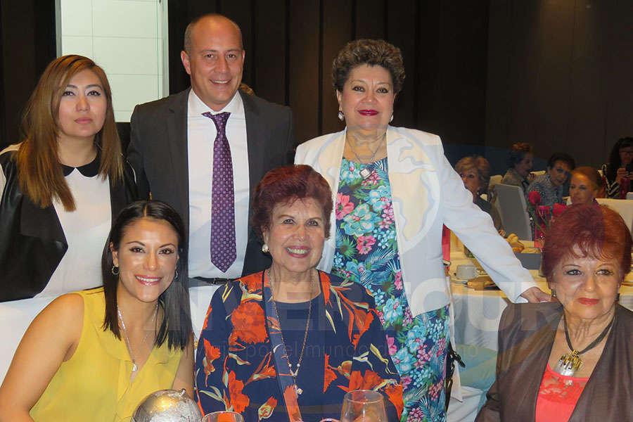 De pie: Brisa Amaya, Federico Monterrubio y Rosario Castro Ana Serrano, Yolanda Montes y Maricarmen Vargas