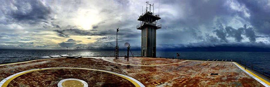 plataforma en medio del mar