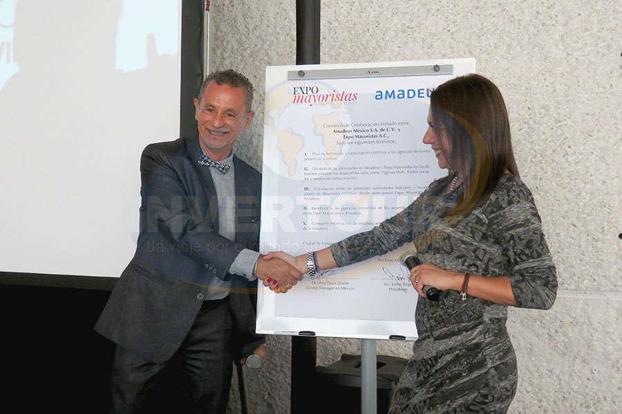 Firma de Convenio entre Amadeus y Expo Mayoristas; Jaime Rogel y Ana Paola Durón