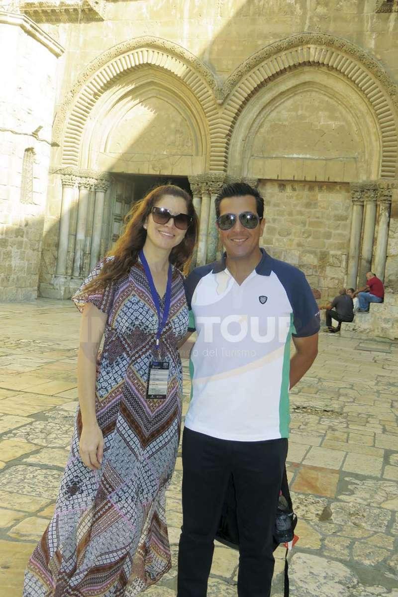 Lisa y Giancarlo Mulinelli en la entrada de la Basílica del Santo Sepulcro