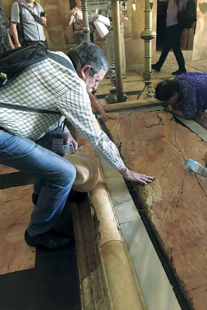 Jorge Sales tocando la Piedra de la Unción