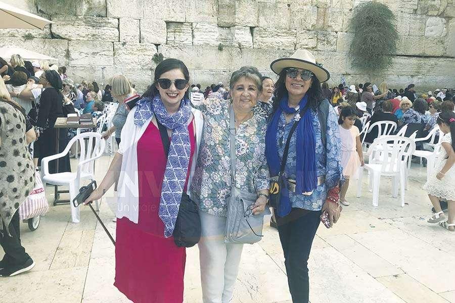 Paola Riquelme, Lilia Riquelme y Ruth Leal en el Muro de los Lamentos