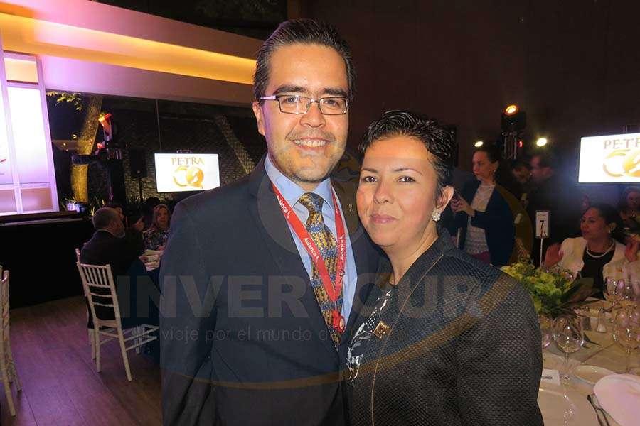 Miguel Cardona con Jessica Ferrer