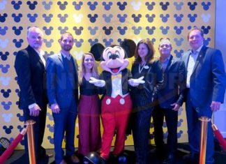 Todd Heiden, Angel Sarria, Louise Garrido, Mickey Mouse, Flavia Light, Vincent Perez y Jeff Van Langeveld