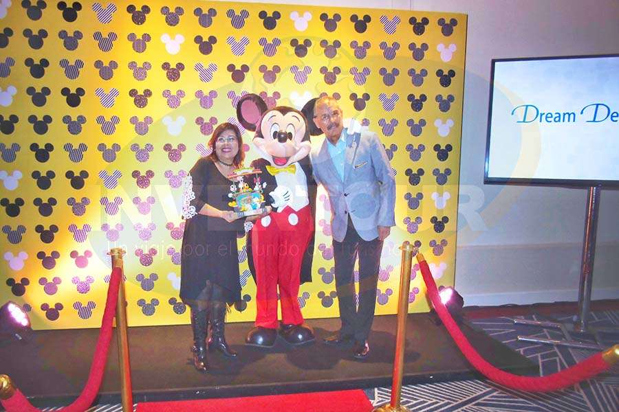 Susana Moreno, Mickey Mouse y Eduardo Carvajal