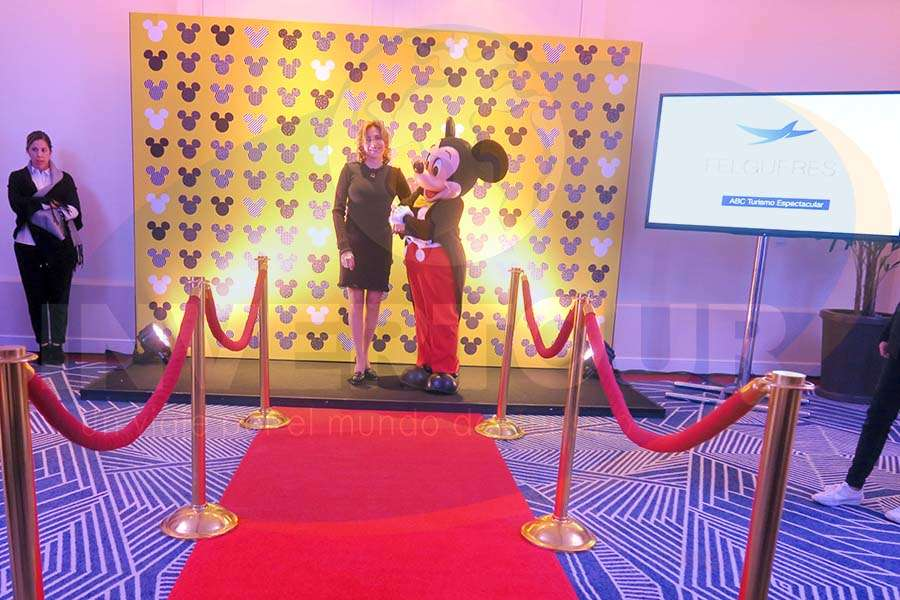 Blanca Ortíz con Mickey Mouse