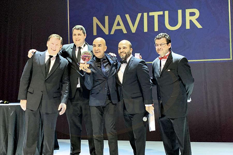 Erwin Romero, de Grupo Navitur, recibe galardón en manos de Gavin Smith, Sean Tracy, Manlio Carpizo y Alberto Muñoz