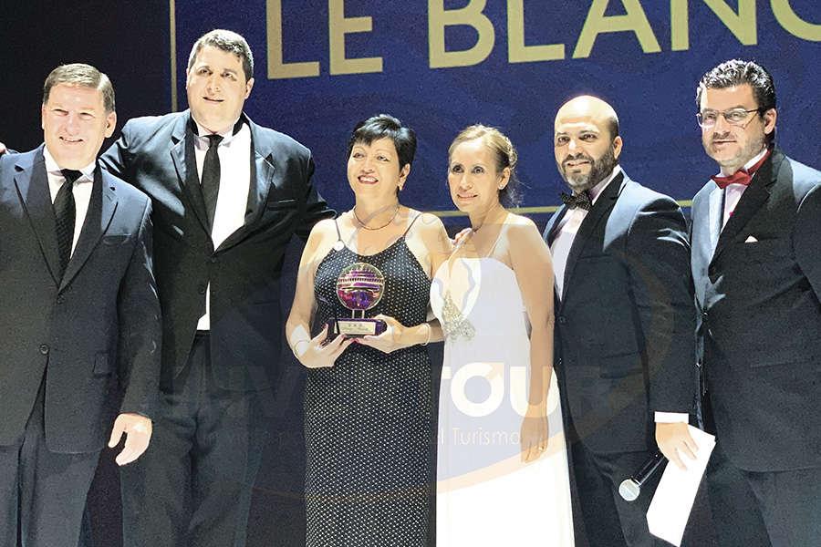 Entregan reconocimiento a Yolanda González y Karelia Paralizabal de Le Blanc Tours