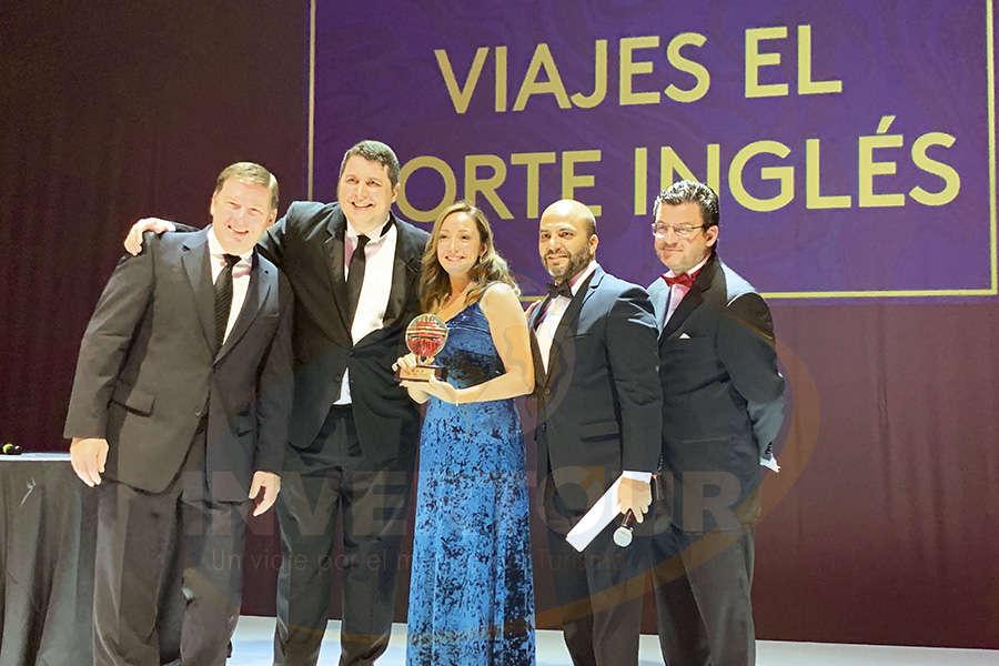 Premiando a Jenny Zapata, directora general de Viajes El Corte Inglés