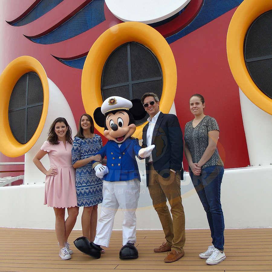 Paula Machado, Evily Peros, Mickey Mouse, Jonathan Frontado y Carolina Medina