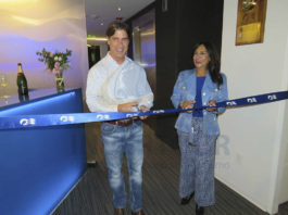 Trey Hickey, vicepresidente senior de Ventas Internacional de Princess Cruises y Ruth Leal, directora para Latinoamérica de Princess Cruises & Cunard Line cortan el listón inaugural