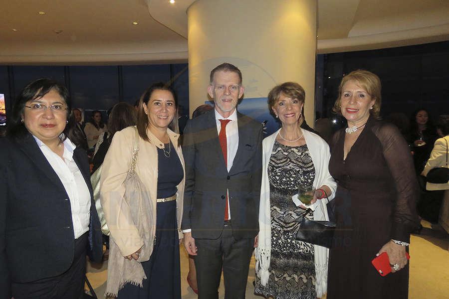 Elizabeth Lara, Sylvia Esquivel, Mark Sinclair, Olga Pulido y Alicia Terán