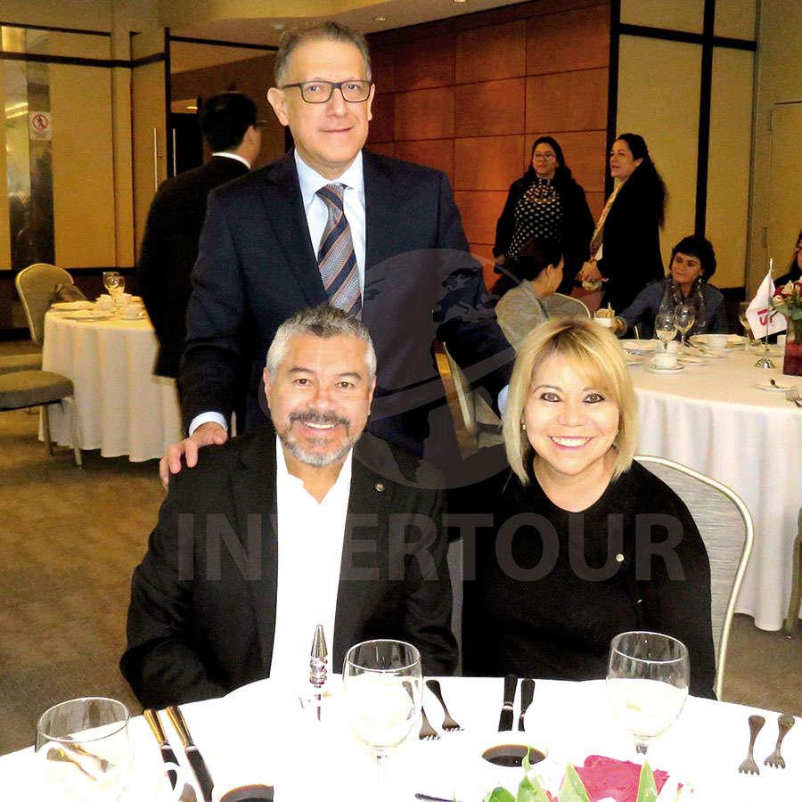 Alex Pace con Jorge y Alicia Mejía