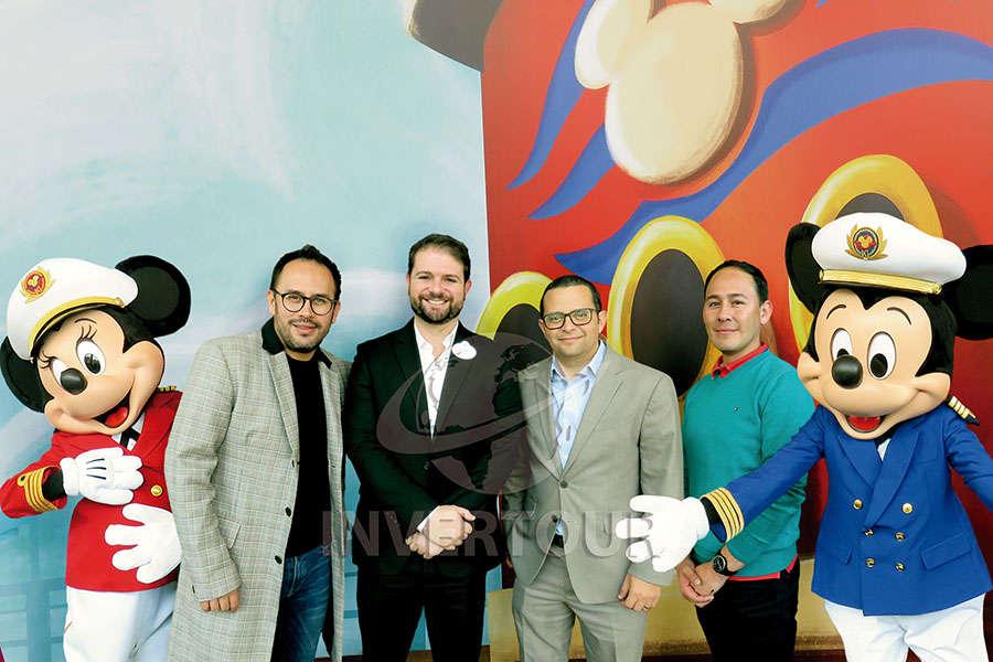 Minnie Mouse, Jesús Martínez Jr., Alejandro Flores, Mauricio Bustamante, Edgar Cruz y Mickey Mouse