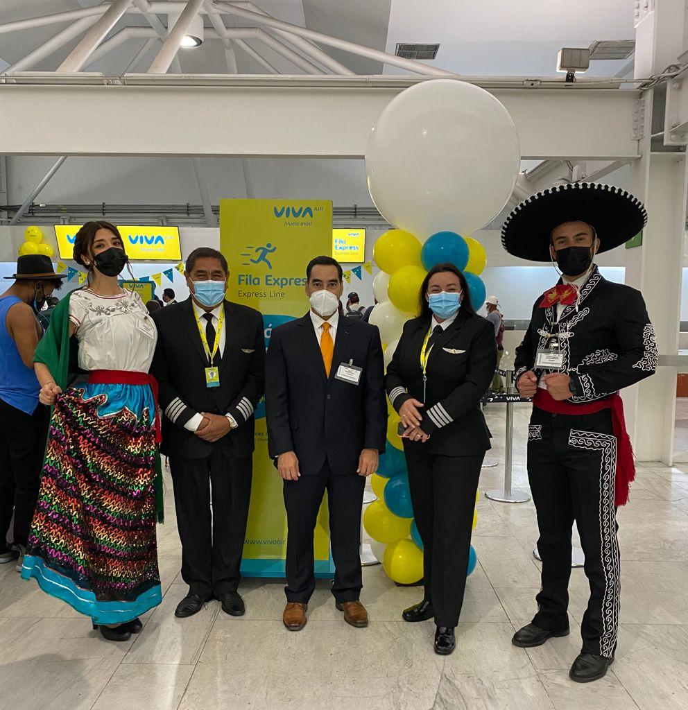 Rafael Aponte con la tripulación de Viva Air Colombia